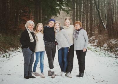 Familiebillede af 6 kvinder, 3 generationer, fotograferet i naturen på nordfyn