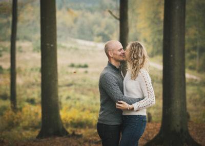 Kærestepar fotografere i skoven ved Langesø