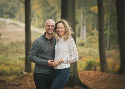 Kærestepar på tur med fotograf i langesøskoven