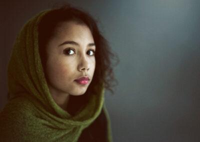 Selma fotograferet med tørklæde hos fotograf i studiet i Bogense