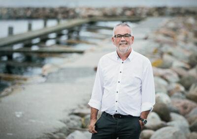 Portræt af ejendomsmægler Jan Bendorf fra Fynbo Mæglerne. Fotograferet på Bogense Havn