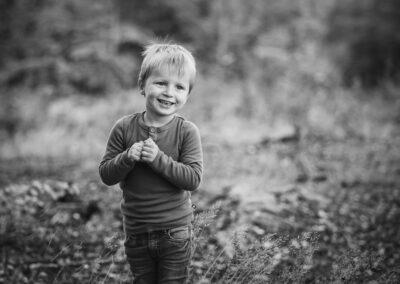 sort-hvid billede af lille dreng