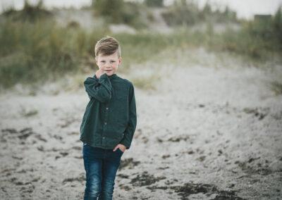 flot lille dreng fotograferet paa stranden i bogense.