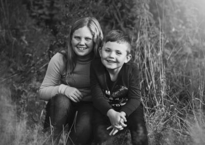 sort-hvid billede af bror og soester
