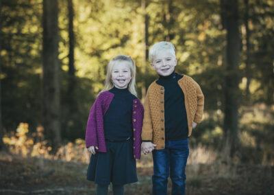 soeskendefoto af tvillinger i skoven paa fyn