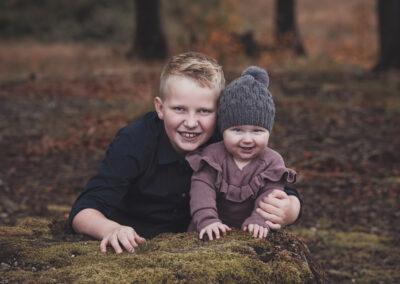 storebror og lillesoester fotograferet i langesoeskoven