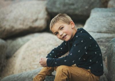 charmerende og flot dreng fotograferet paa nogen sten