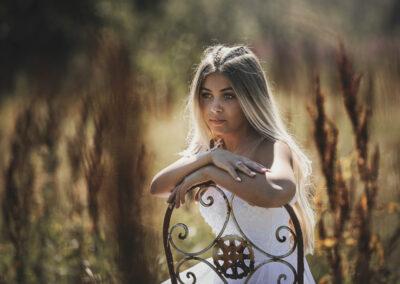 konfirmandfotografering i naturen af en smuk pige i bogense paa fyn