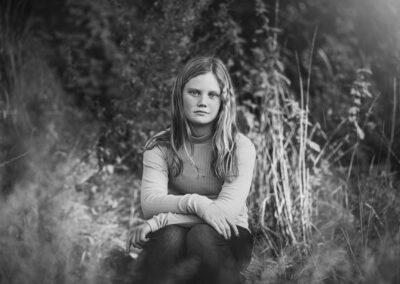 sort-hvid billede af pige i skov