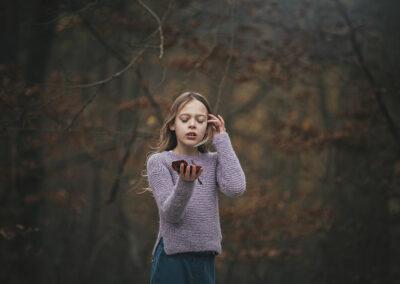 pige puster til blad i skoven