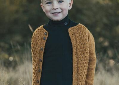 dreng i gul striktroeje i skoven