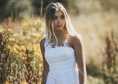 konfirmandfotografering i naturen af en smuk pige et sted paa nordfyn