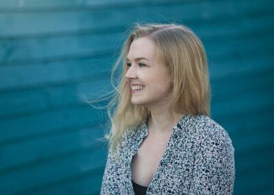 skuespiller katrine Skovbo fotograferet på turkis baggrund