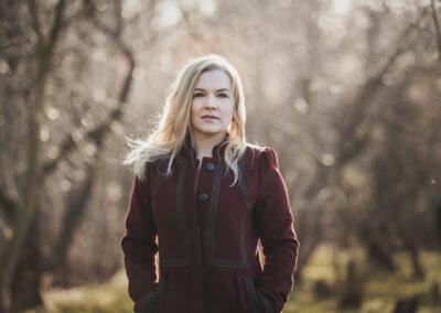 smuk kvinde fotograferet i vinterskov