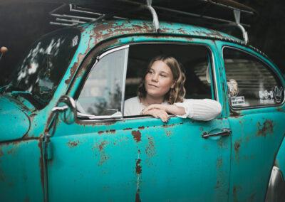 konfirmand pige fotograferet i turkis retro bil paa fyn