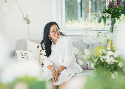 kvinde med briller fotograferet i sofa i sommerhus