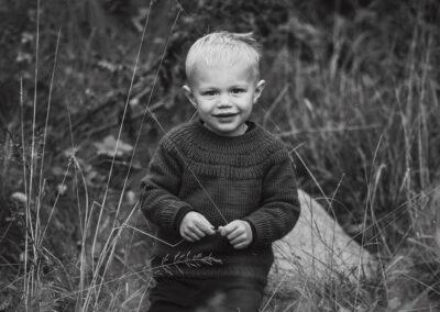 sort-hvid portraet af dreng i striktroeje fotograferet paa nordfyn