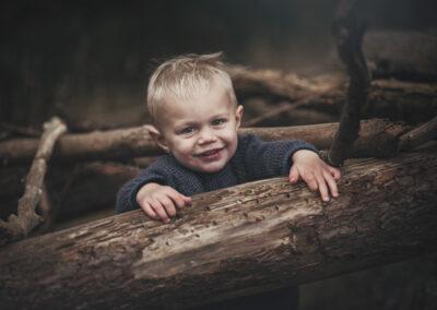 charmerende lille dreng er til fotograf i langesoe skoven